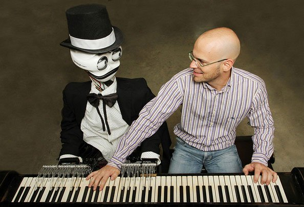 teotronico first robot play piano